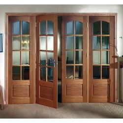 Стеклянные фрагменты в межкомнатных дверях: преимущество или недостаток?